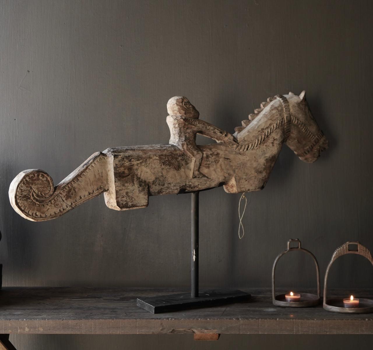Altes einzigartiges Holzpferd auf einem Eisenständer-2