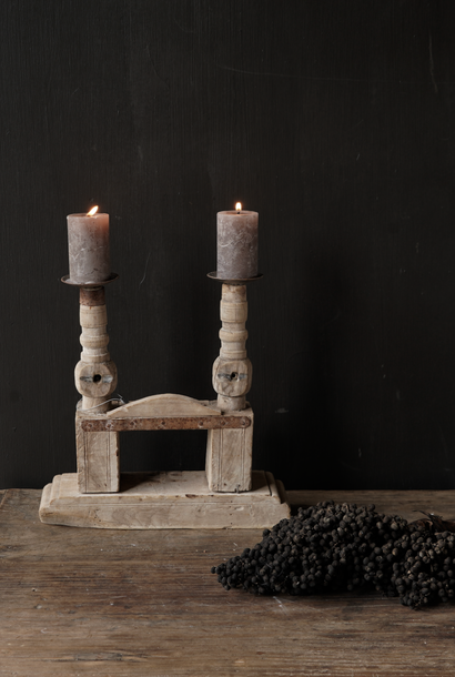 Oude houten spinnenwiel kandelaar