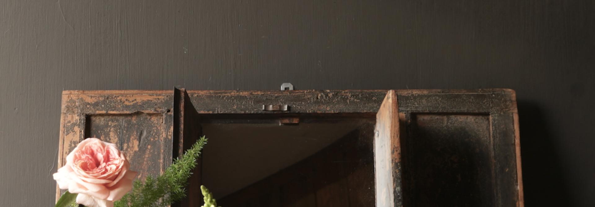 Alter Holzspiegel aus nepalesischem Rahmen