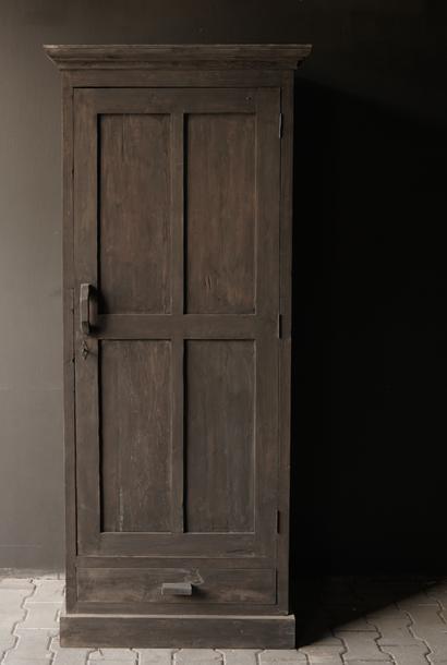 Robuster eintüriger Kleiderschrank aus altem Holz mit Schublade