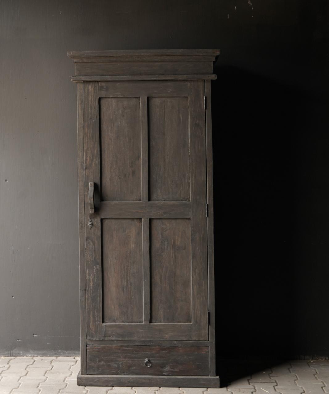 Robuster eintüriger Schrank aus altem Holz mit Schublade und drei Regalen-2