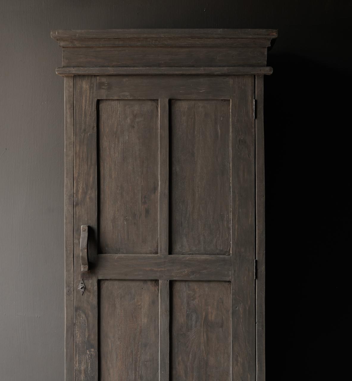 Robuster eintüriger Schrank aus altem Holz mit Schublade und drei Regalen-4
