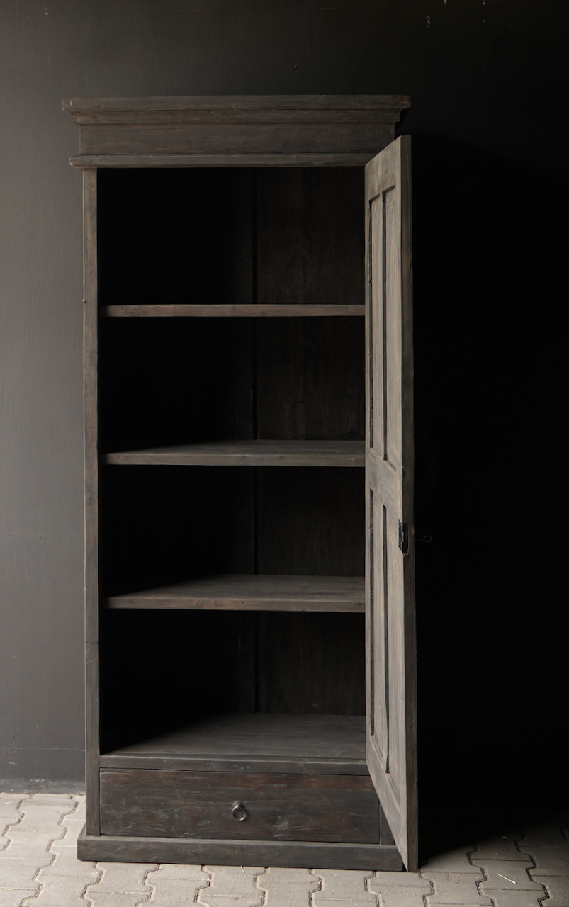 Robuster eintüriger Schrank aus altem Holz mit Schublade und drei Regalen-5