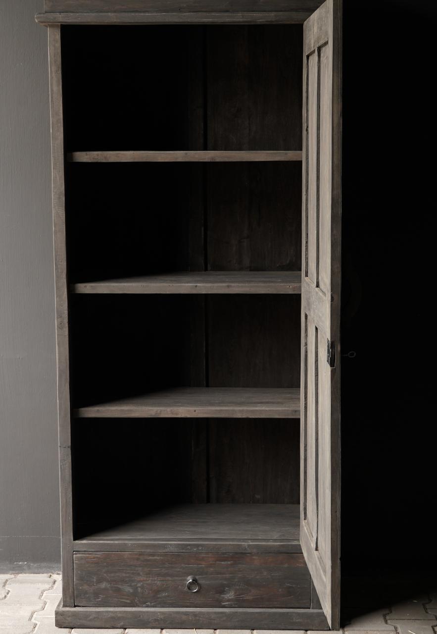 Robuster eintüriger Schrank aus altem Holz mit Schublade und drei Regalen-3