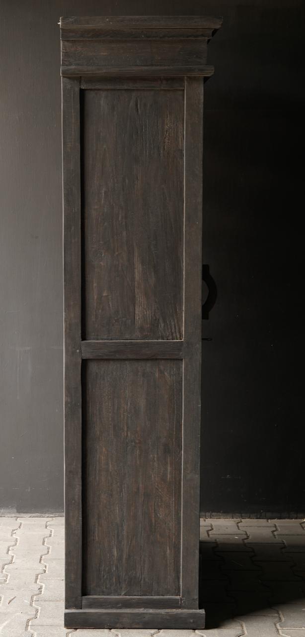 Robuster eintüriger Schrank aus altem Holz mit Schublade und drei Regalen-6