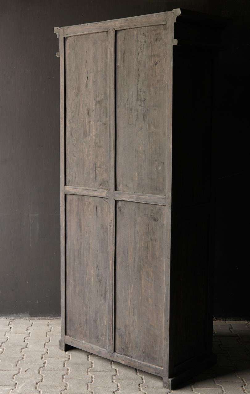 Robuster eintüriger Schrank aus altem Holz mit Schublade und drei Regalen-7