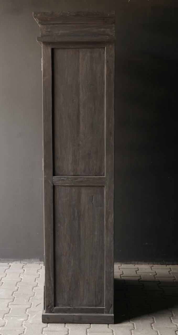 Robuster eintüriger Schrank aus altem Holz mit Schublade und drei Regalen-8