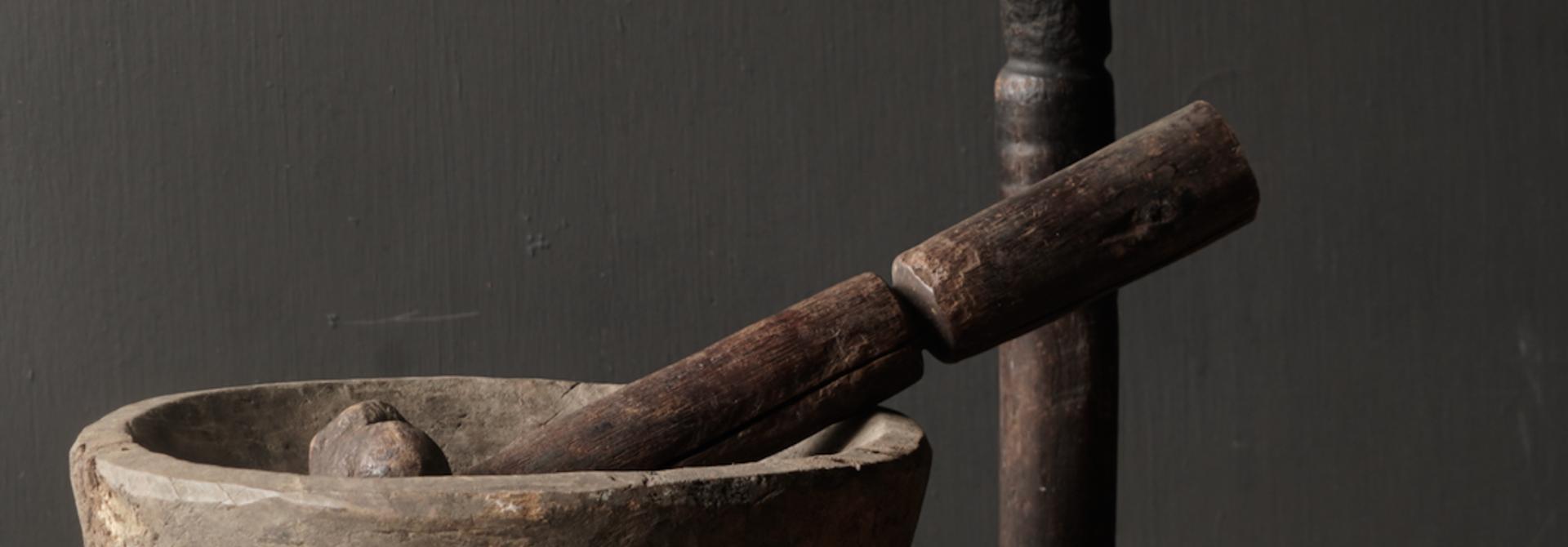 Alter hölzerner nepalesischer Stößel auf Eisenbasis