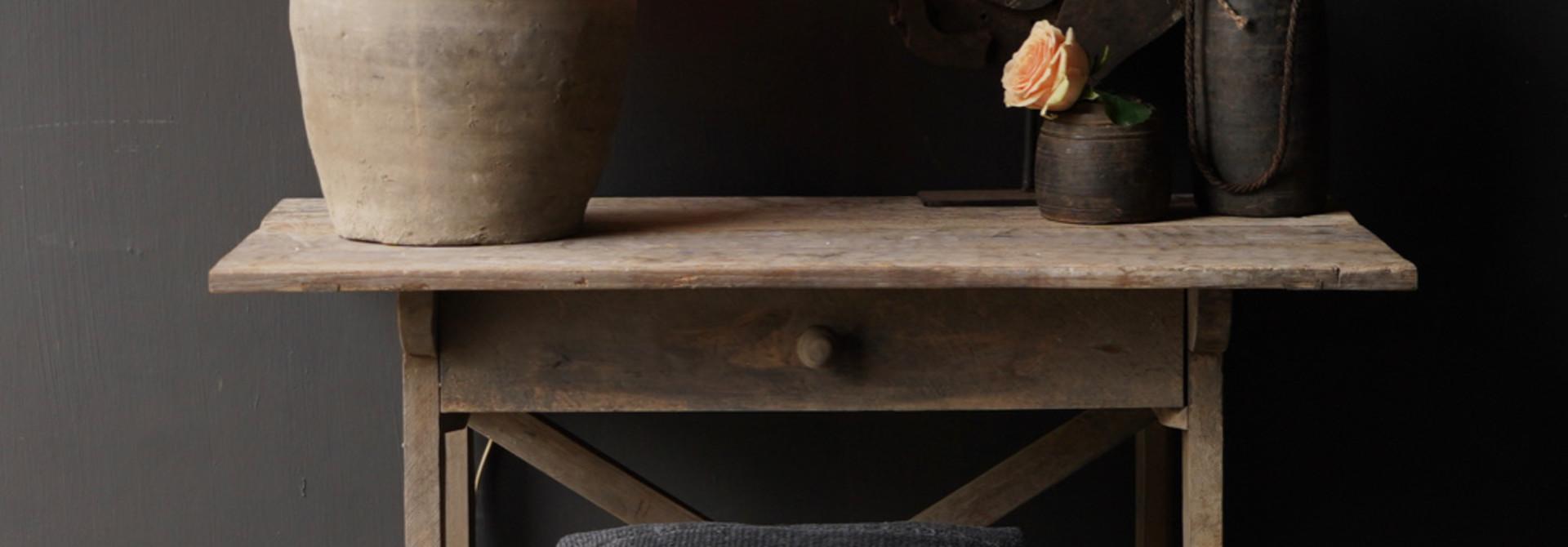Robustes altes Beistelltisch / Wandtisch altes Holz mit Schublade