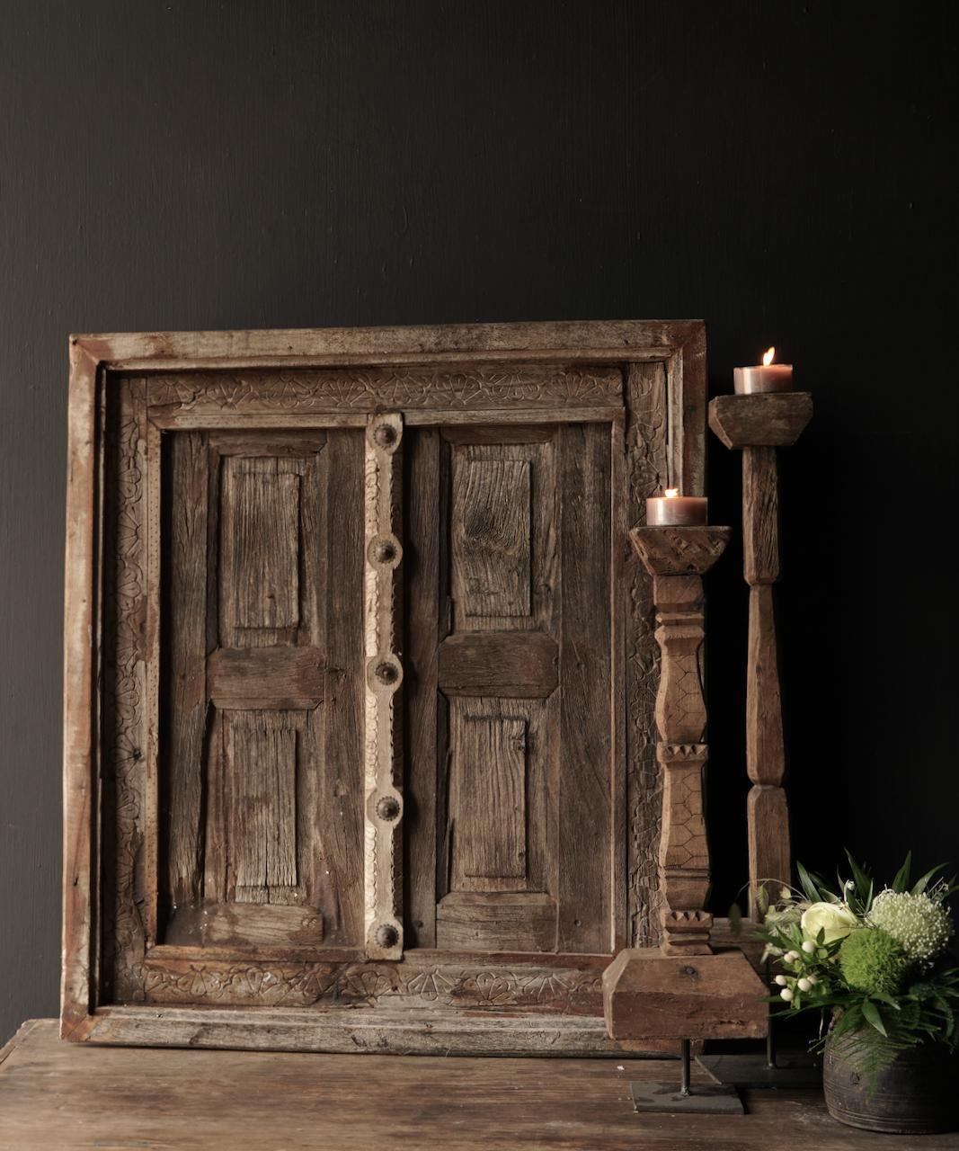 Stoer houten raamkozijn met luikjes-2