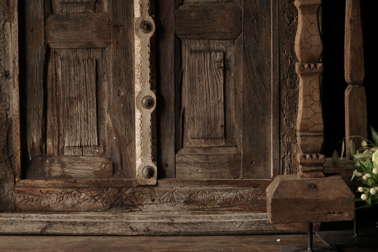 Stoer houten raamkozijn met luikjes-3