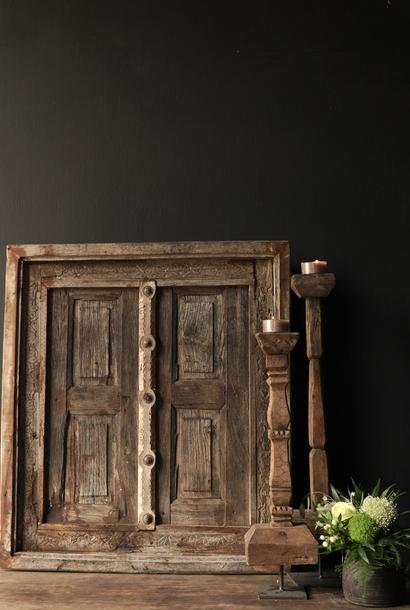 Stoer houten raamkozijn met luikjes