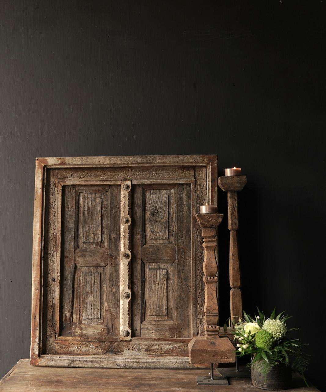 Stoer houten raamkozijn met luikjes-1