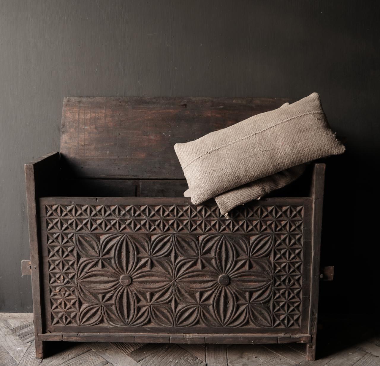Tough old Himalaya Box / Box with wood carving-4