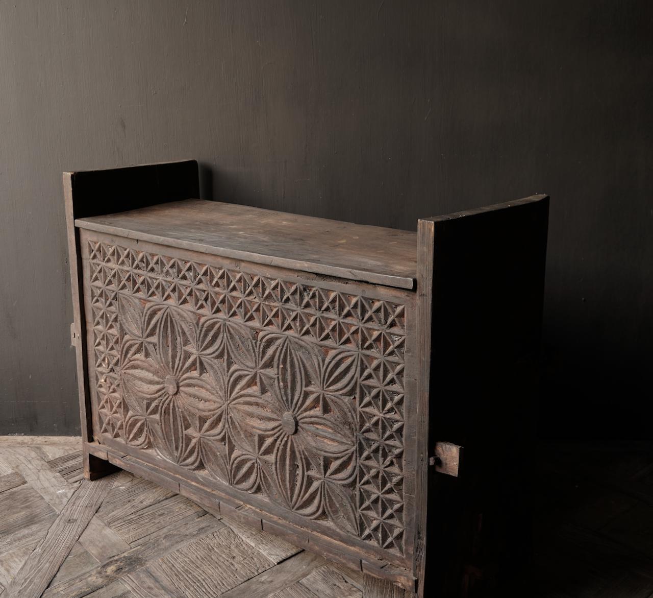 Tough old Himalaya Box / Box with wood carving-5