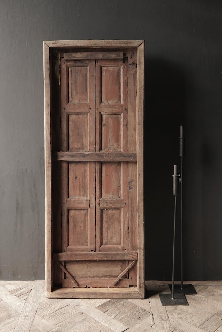 Robuster Holzfensterrahmen mit Fensterläden-7