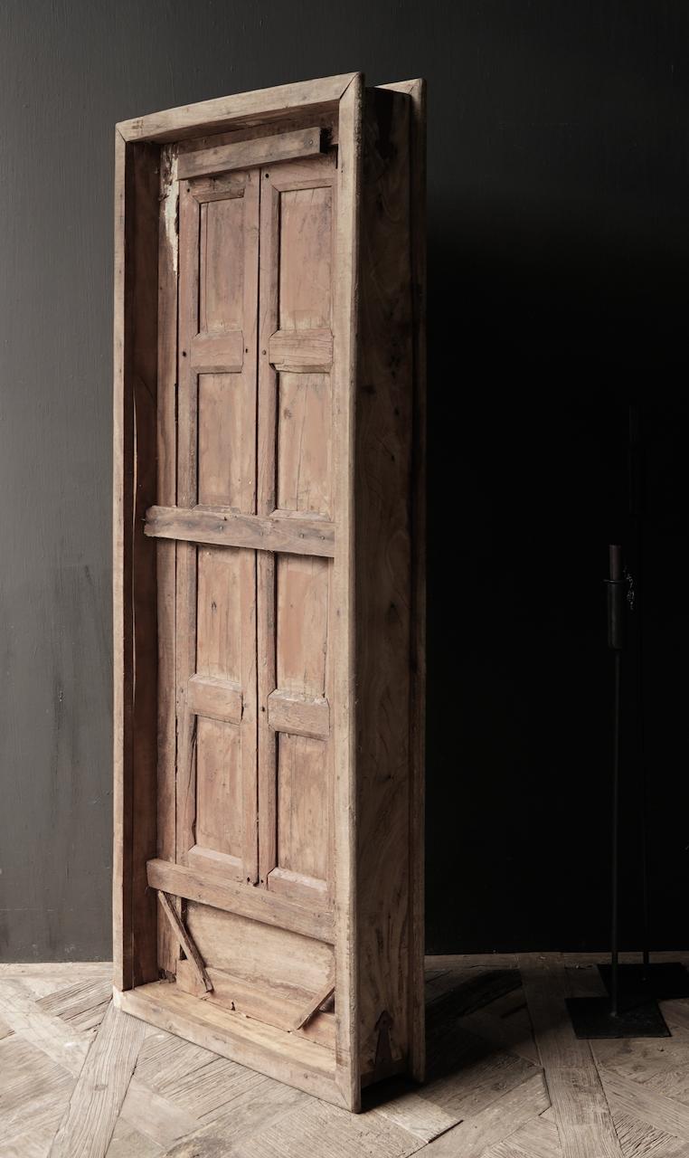 Robuster Holzfensterrahmen mit Fensterläden-8