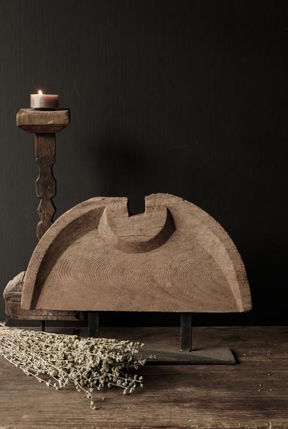 Alte Verzierung auf Eisenständer
