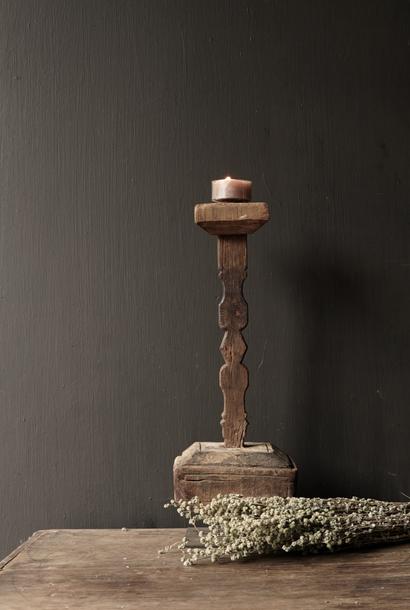 Hölzerner nepalesischer Kerzenhalter von der alten Verzierung