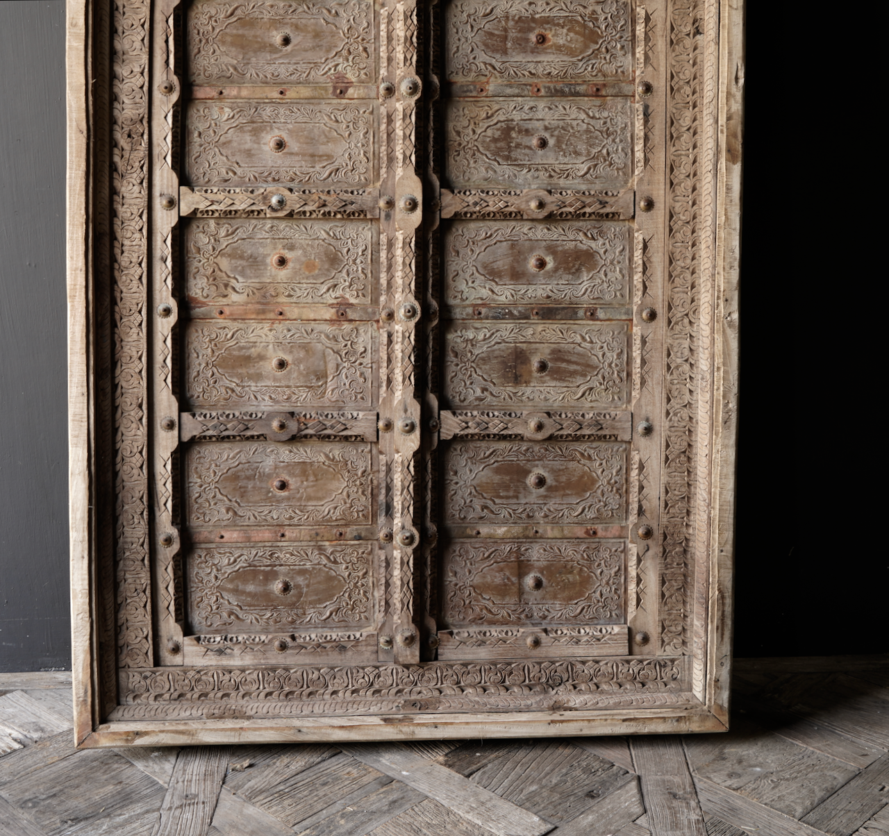 Robuster Holzfensterrahmen mit Fensterläden / Türen-3