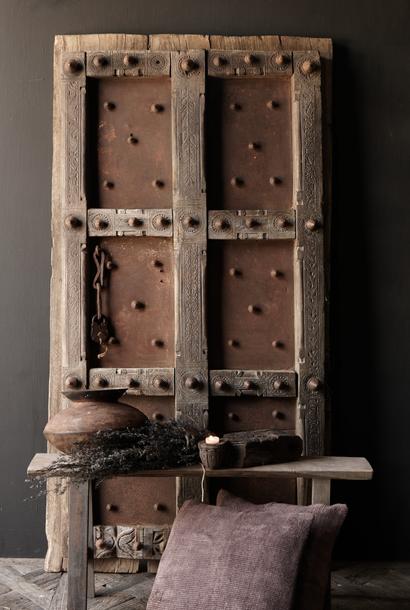 Schwere alte indische Eisentür mit Holzoberfläche