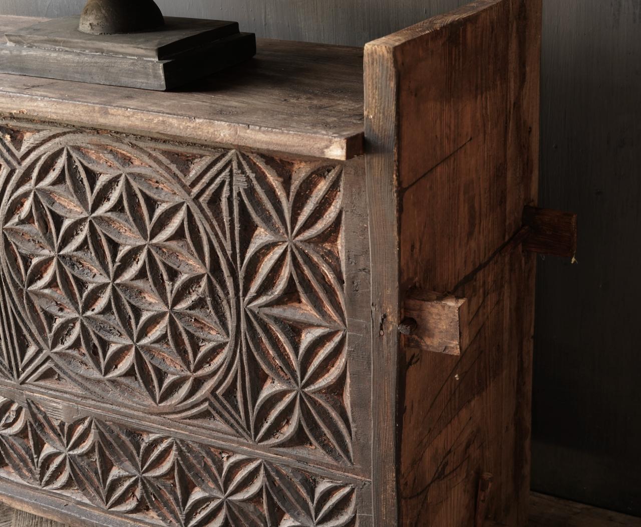 Robuste alte Himalaya-Truhe / Box mit Holzschnitzerei-5
