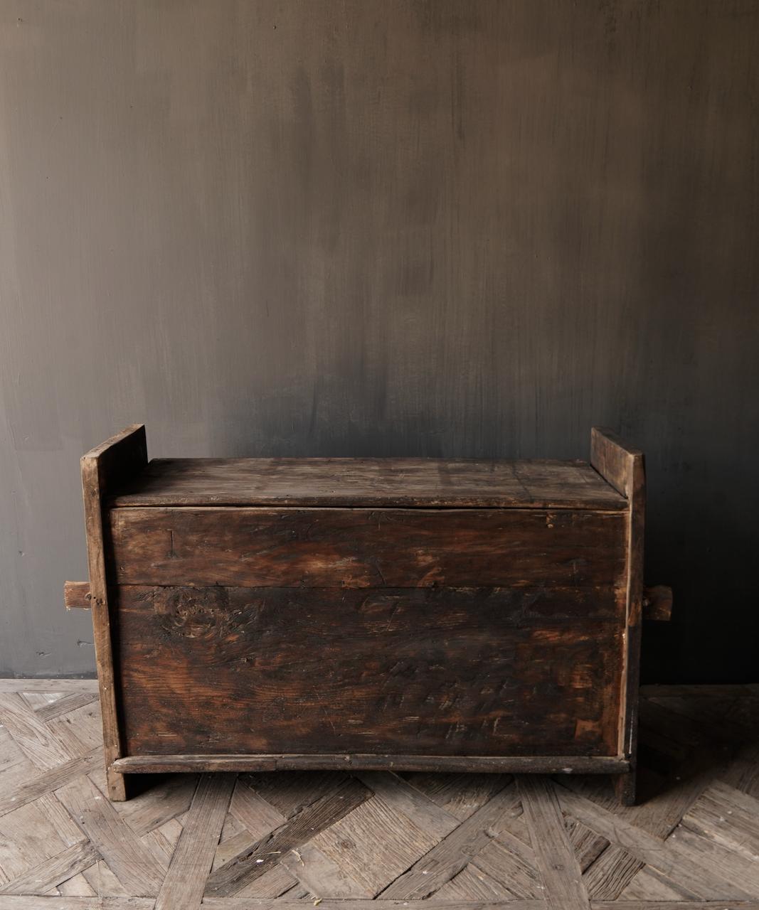 Robuste alte Himalaya-Truhe / Box mit Holzschnitzerei-7