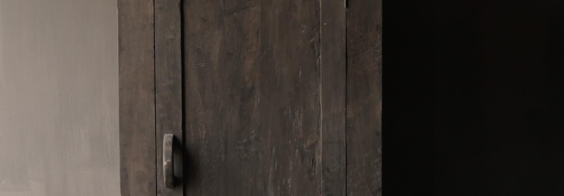 Robuster Eintürschrank aus altem Holz mit drei Regalen