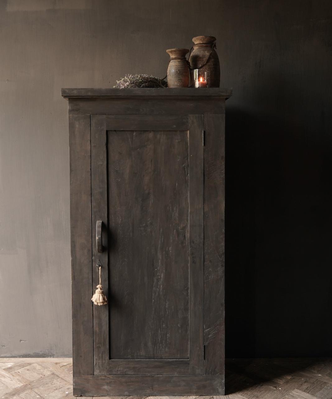 Robuster Eintürschrank aus altem Holz mit drei Regalen-1