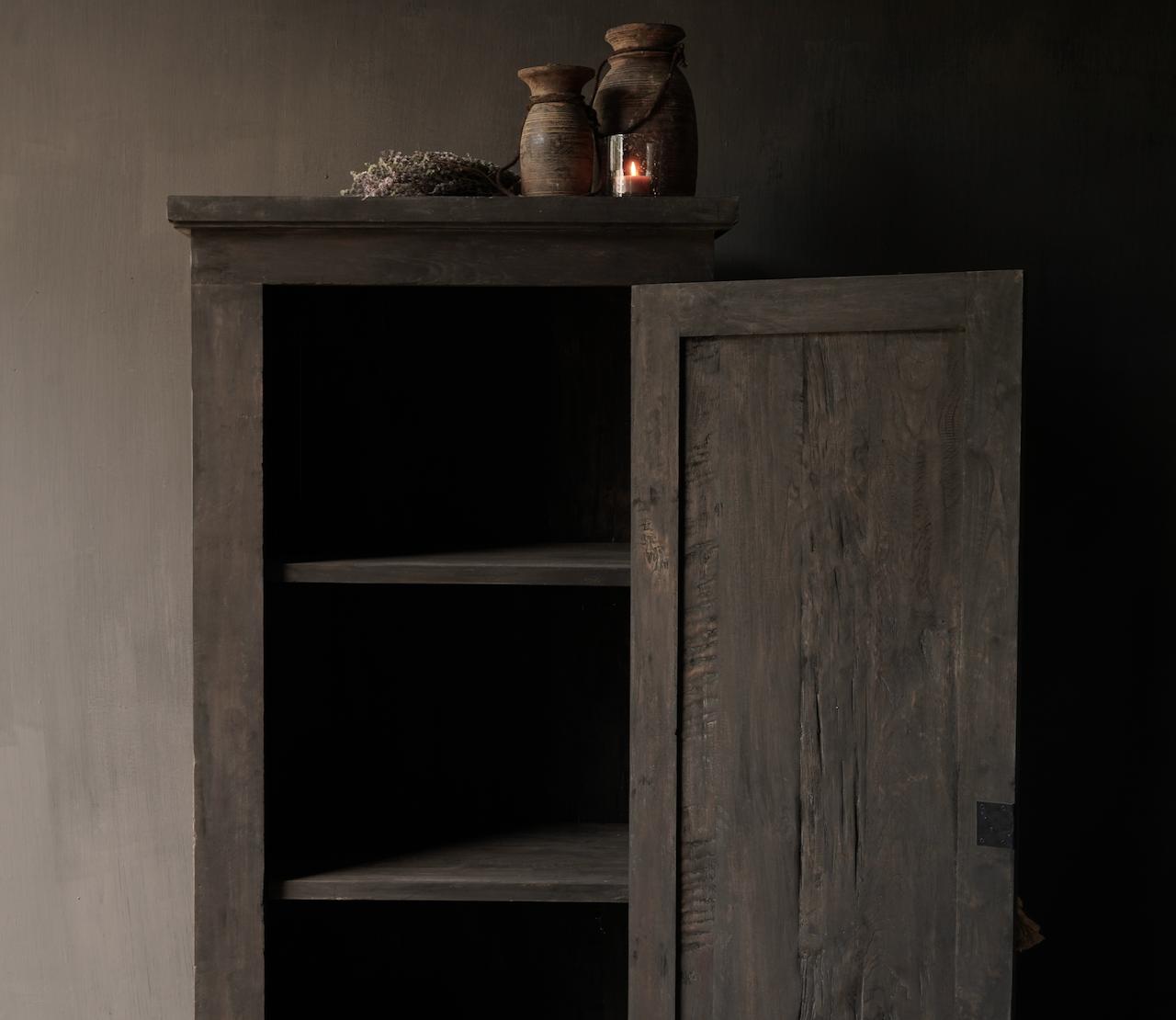 Robuster Eintürschrank aus altem Holz mit drei Regalen-3