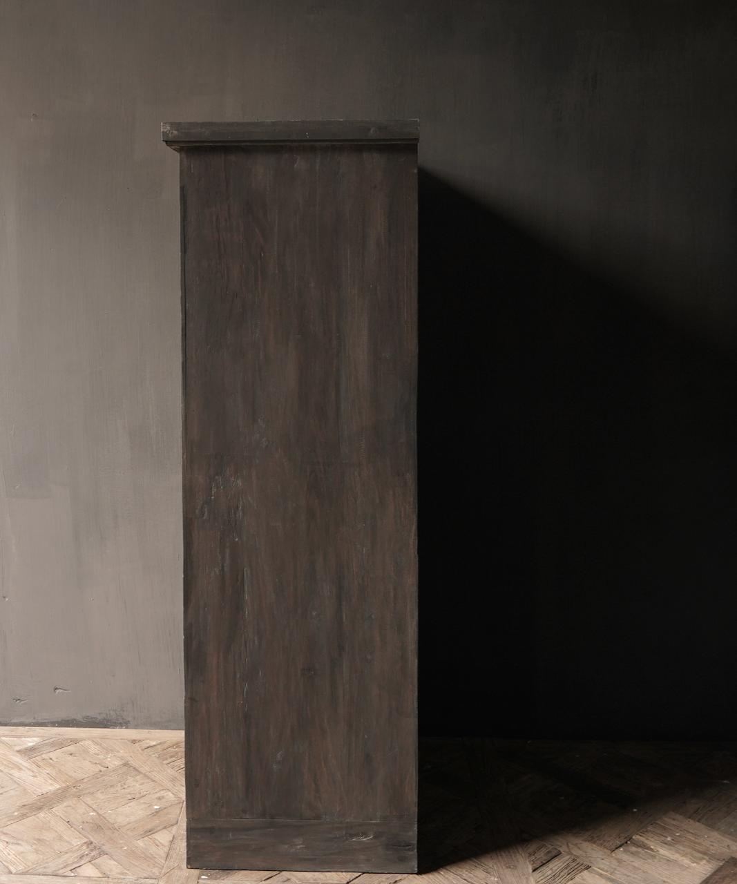 Robuster Eintürschrank aus altem Holz mit drei Regalen-4