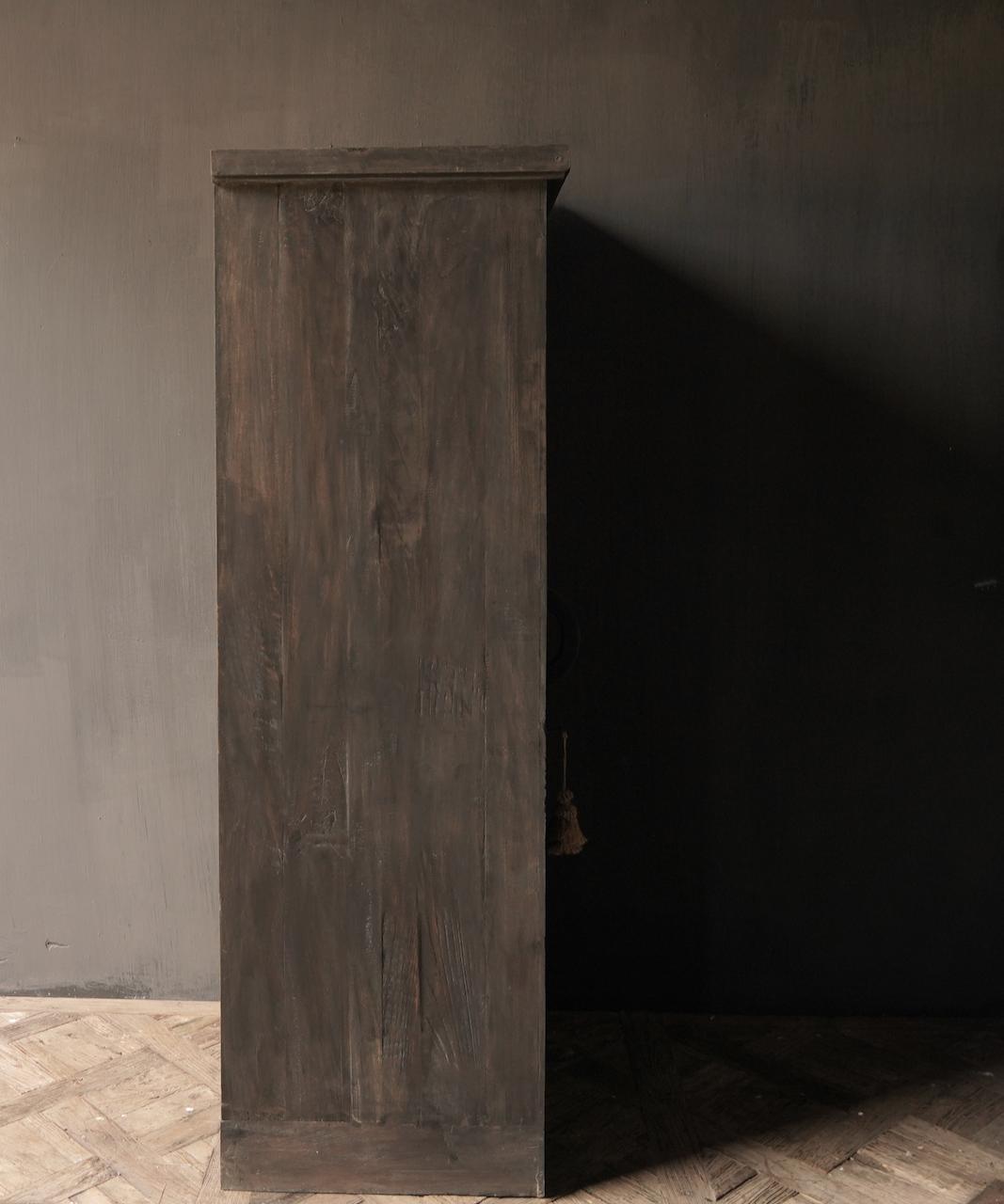 Robuster Eintürschrank aus altem Holz mit drei Regalen-6