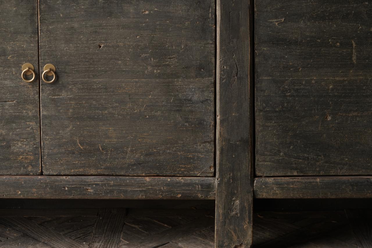 Altes authentisches schwarz / braunes Sideboard mit vier Türen-3
