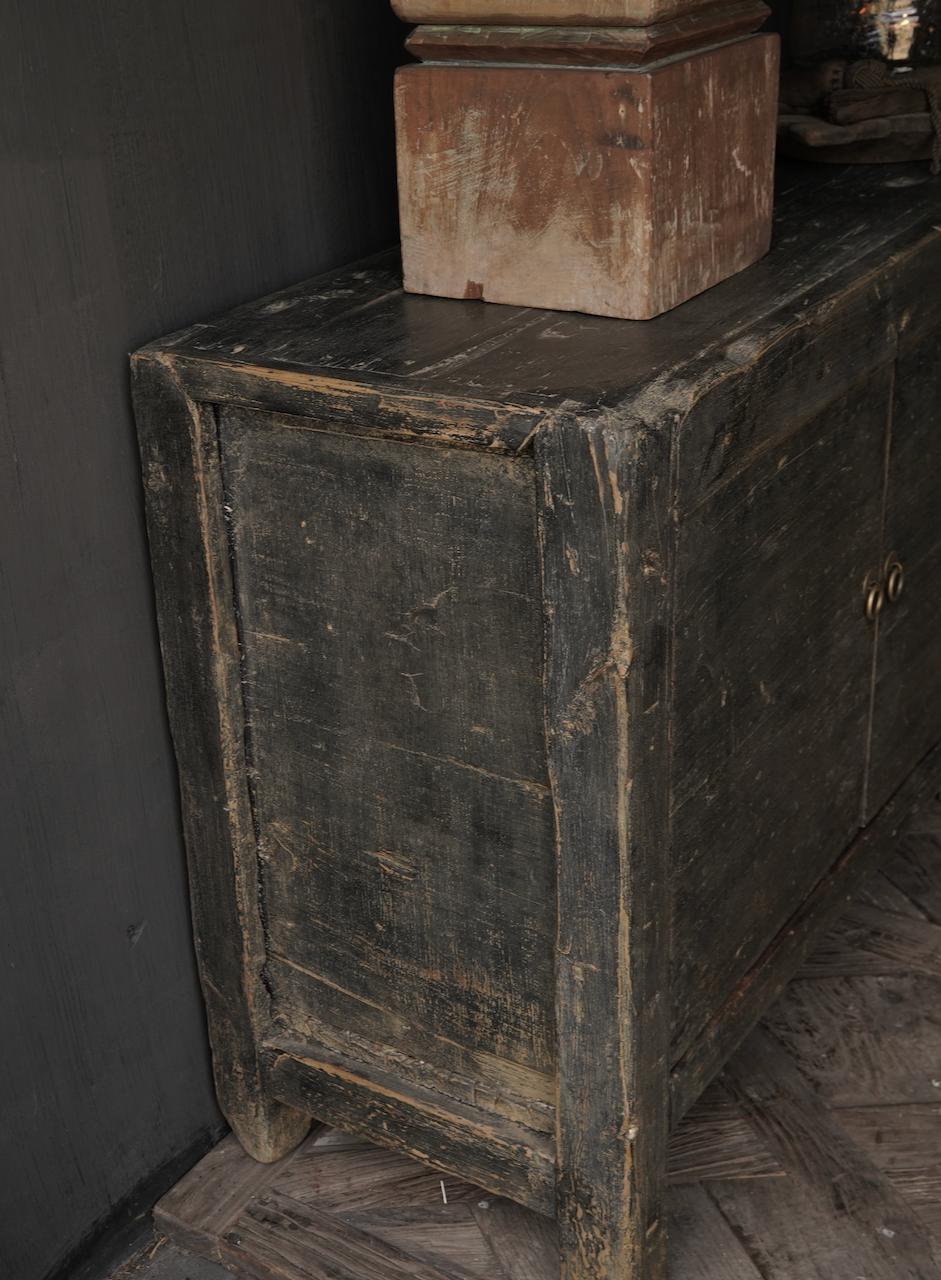 Altes authentisches schwarz / braunes Sideboard mit vier Türen-4