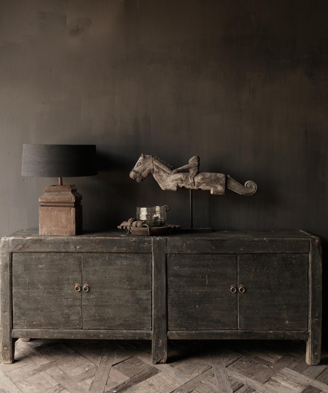 Altes authentisches schwarz / braunes Sideboard mit vier Türen-5