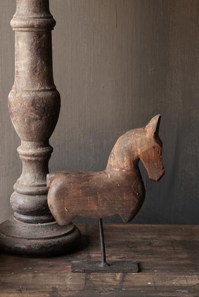 Houten paardje op ijzeren standaard