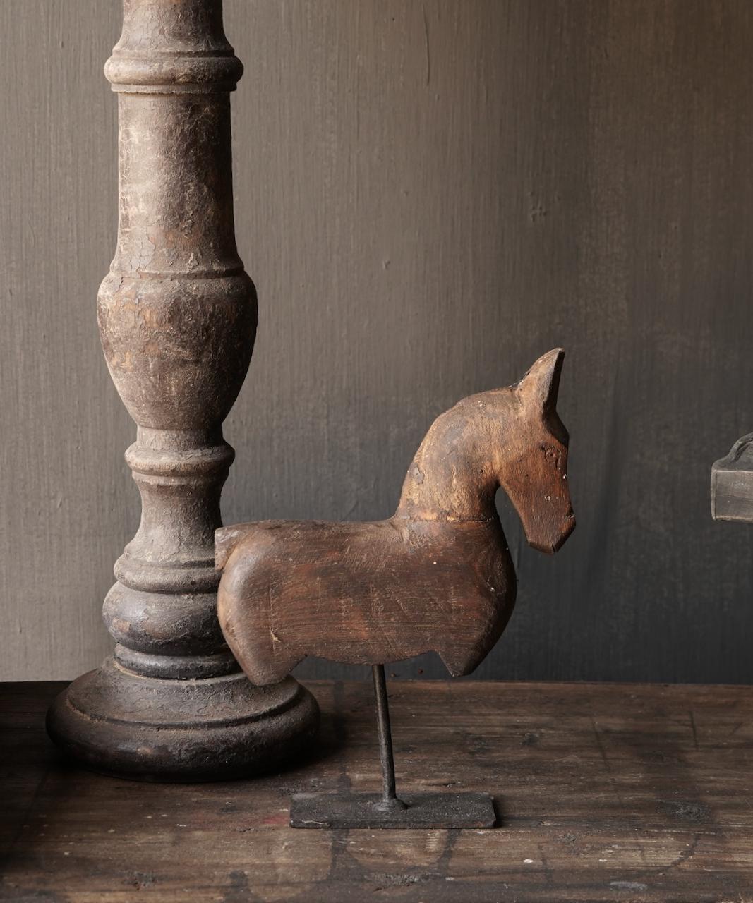 Holzpferd auf Eisenständer-1