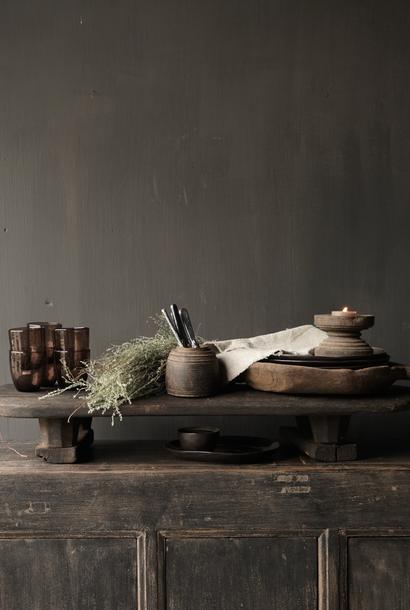 oude donker houten broodplank op pootjes
