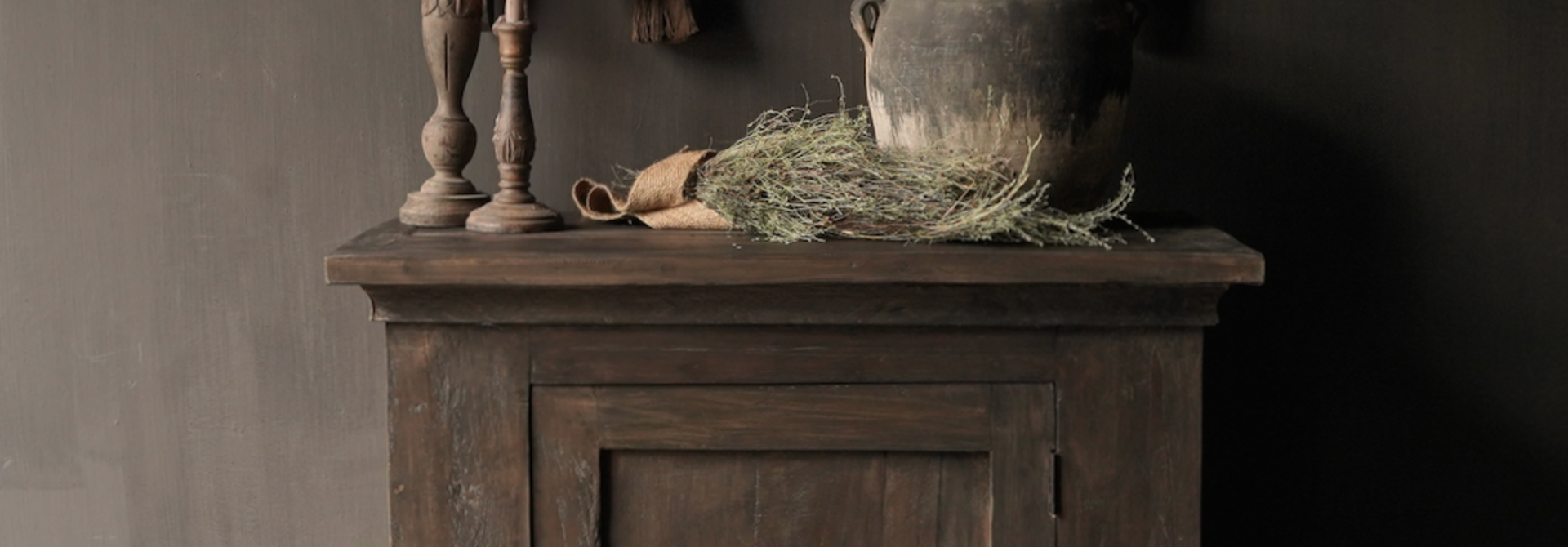 Robuster ländlicher alter Holzschrank