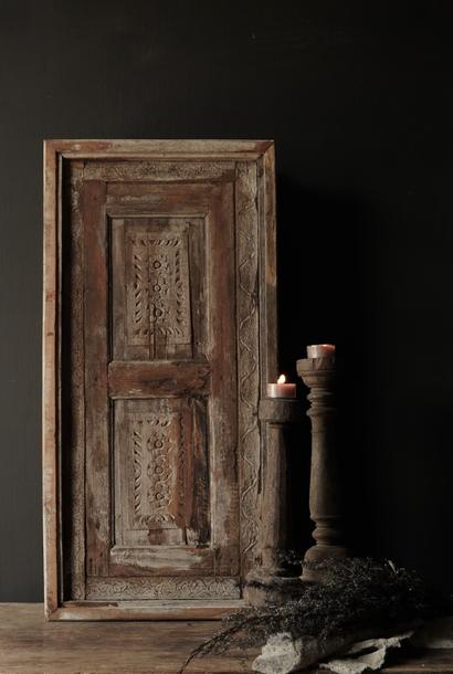 Stoer houten raamkozijn met luiken