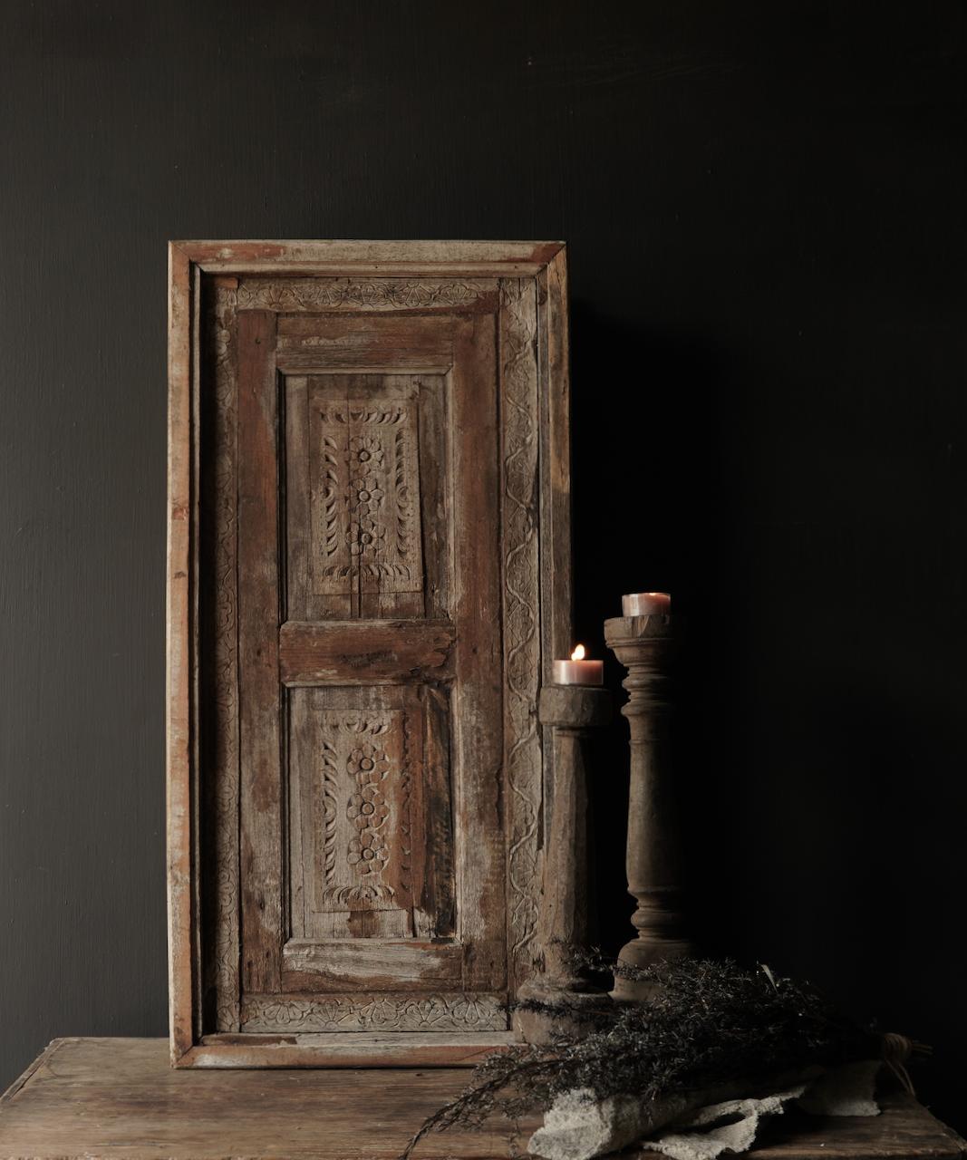 Stoer houten raamkozijn met luiken-1