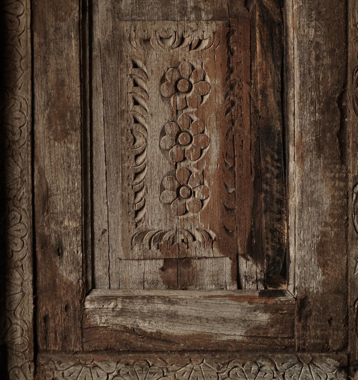 Stoer houten raamkozijn met luiken-3