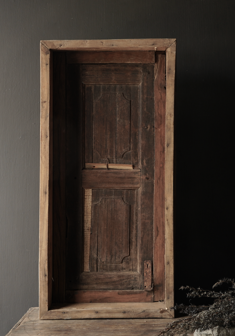 Stoer houten raamkozijn met luiken-5
