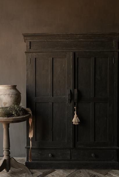 Wunderschön robuster Landschrank aus dunklem altem Holz
