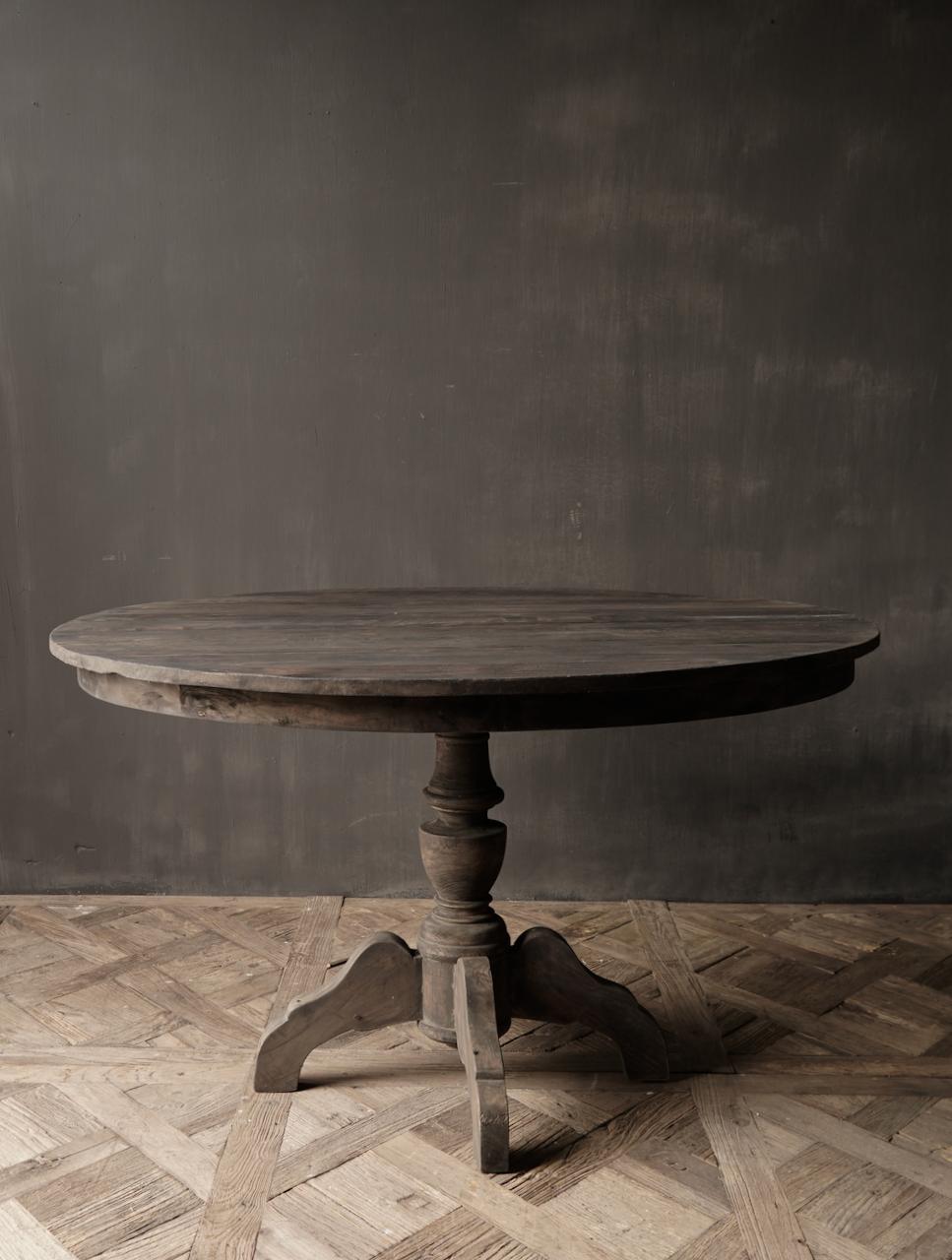Robuster runder Tisch aus altem gebrauchtem Holz-2
