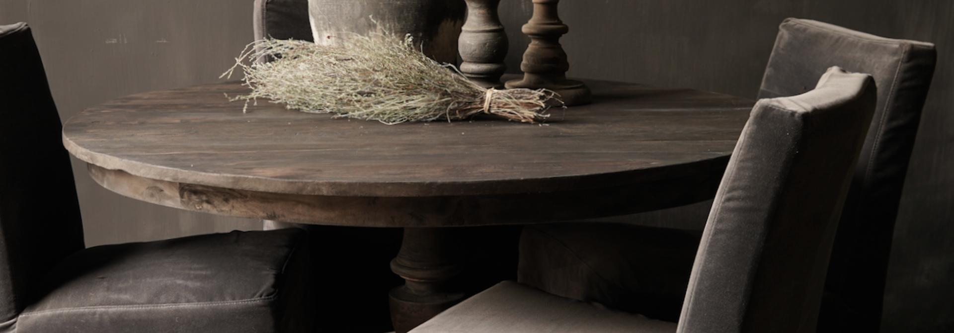 Robuster runder Tisch aus altem gebrauchtem Holz