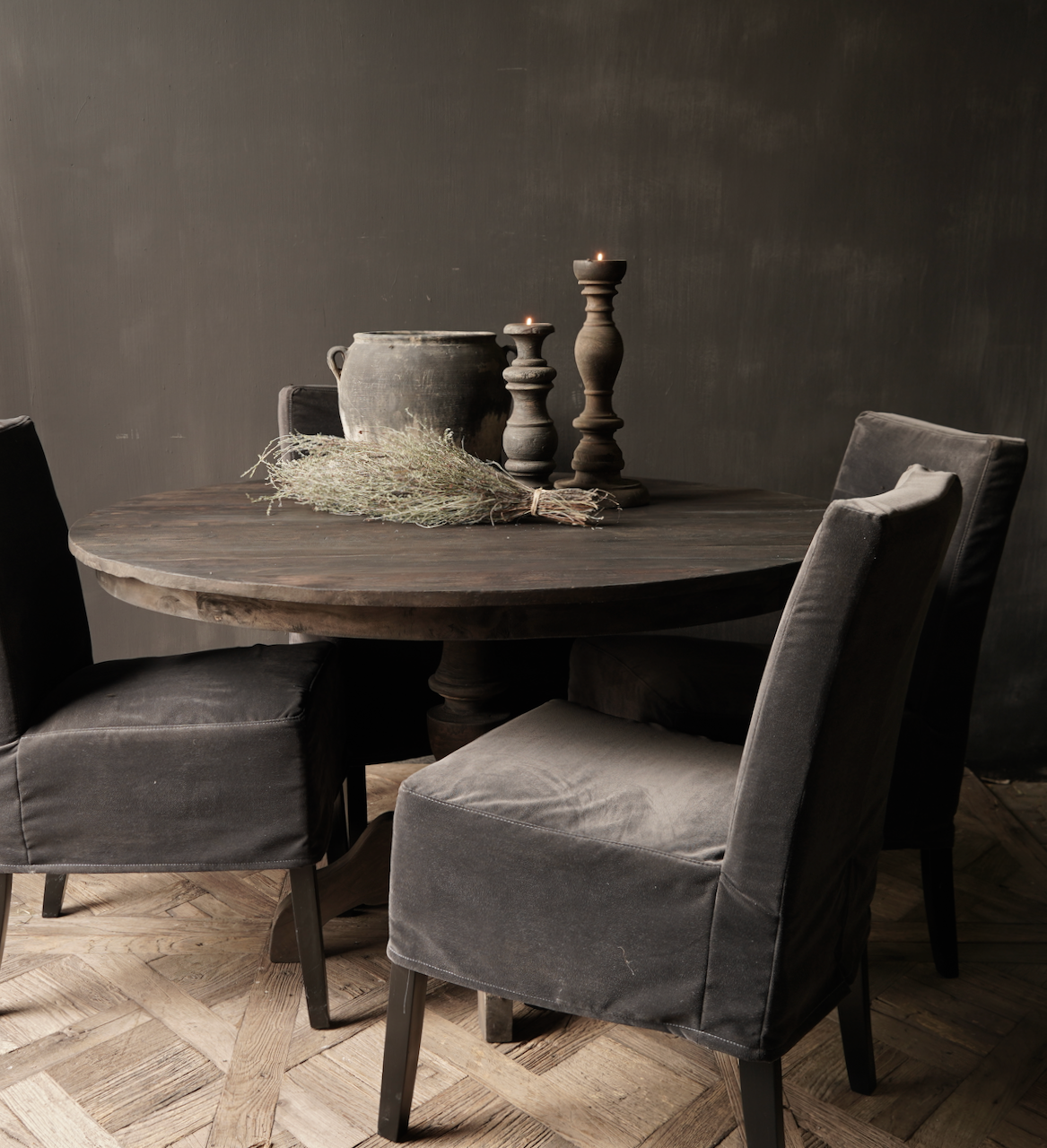 Robuster runder Tisch aus altem gebrauchtem Holz-1