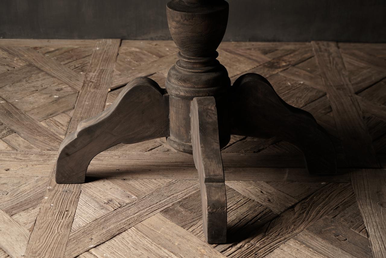 Robuster runder Tisch aus altem gebrauchtem Holz-7