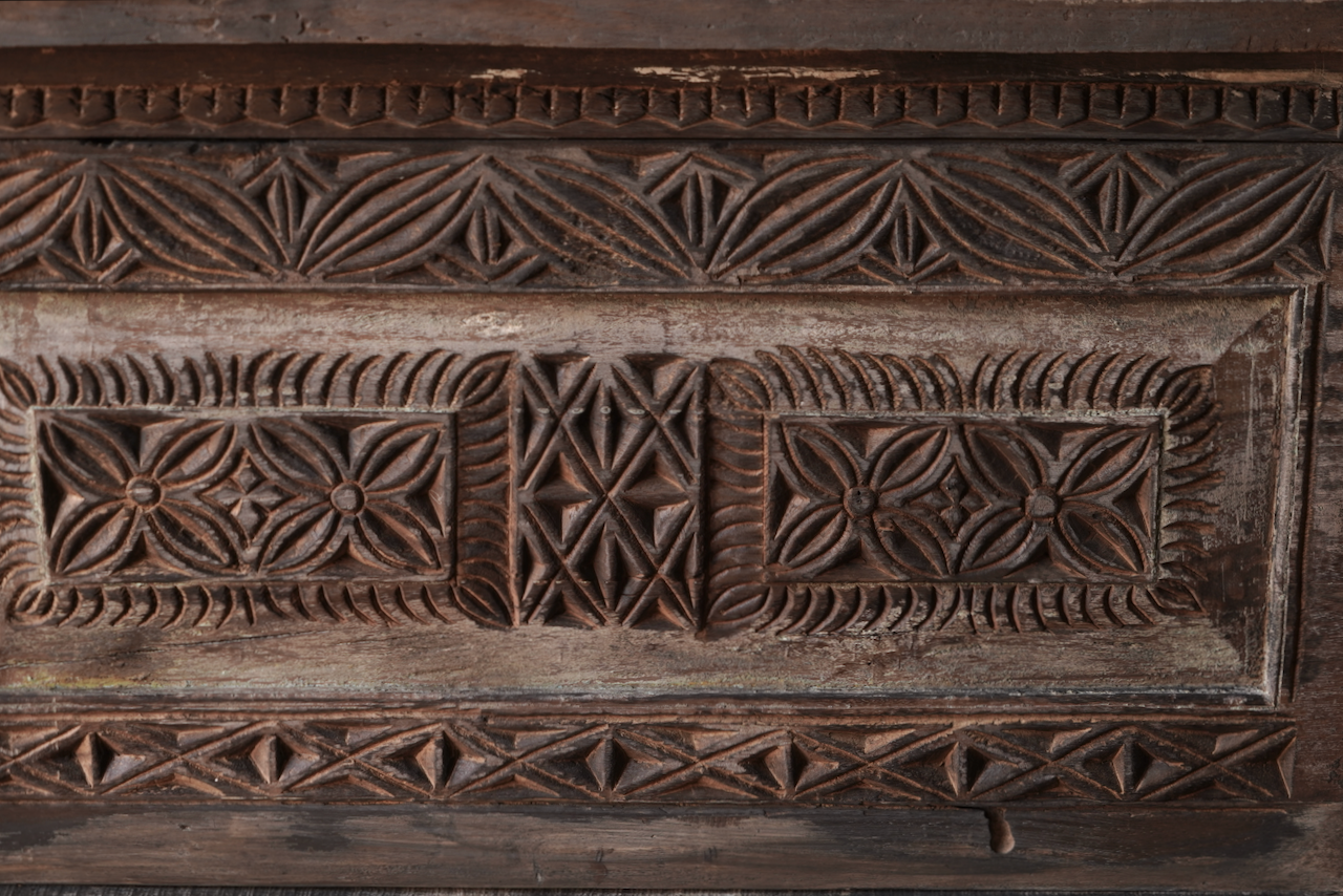 Robuste alte Himalaya-Truhe / Box mit Holzschnitzerei-3