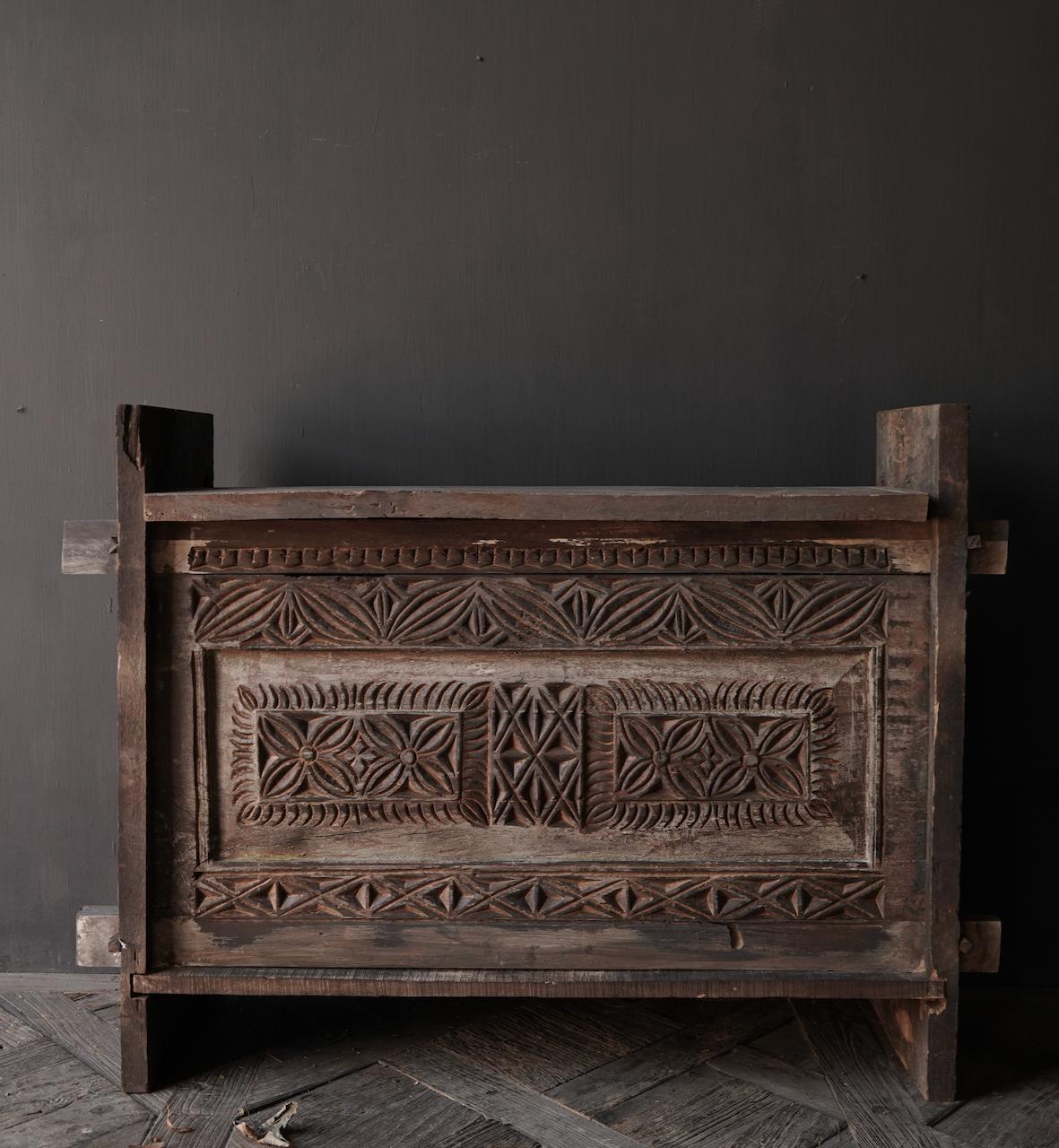 Robuste alte Himalaya-Truhe / Box mit Holzschnitzerei-2